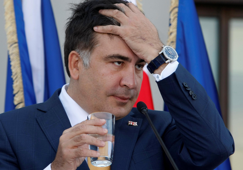 саакашвили ест галстук гифка оставит себе