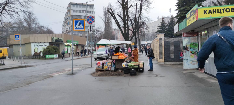 Ларьки с фруктами по прежнему работают. Фото: Grigoriy Leo